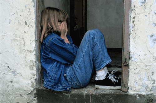 Enttäuschtes Mädchen in der Tür