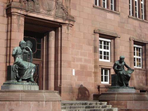 Philosophen vor dem Eingangsportal der Uni Freiburg