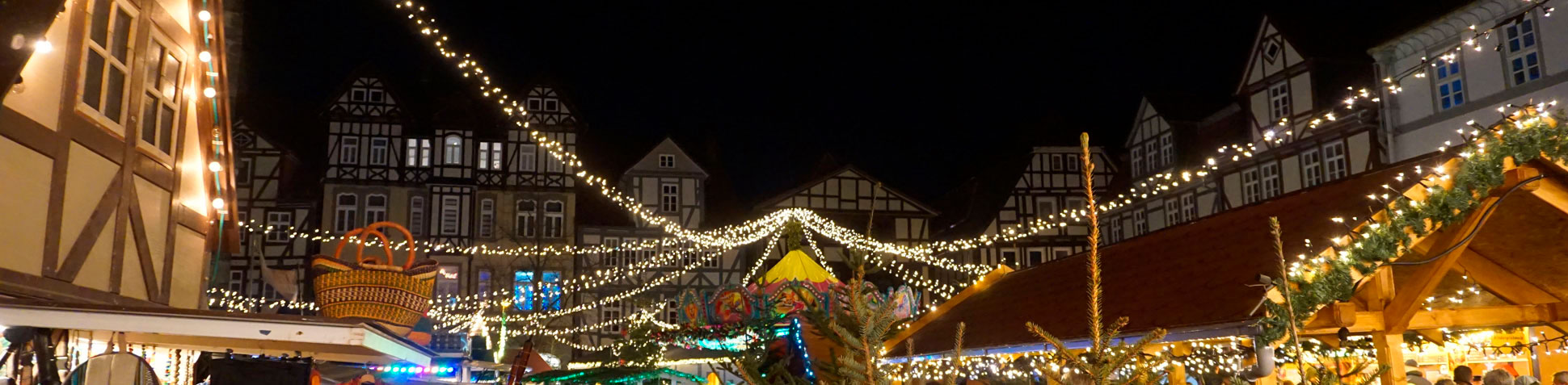 zeigt dunklen Himmel über dem Weihnachtsmarkt