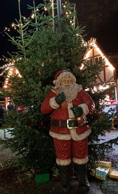 Weihnachtsmann am Eingang eines Weihnachtsmarktes