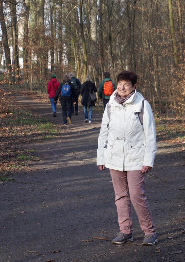 Verena Kayser beim Waldspaziergang